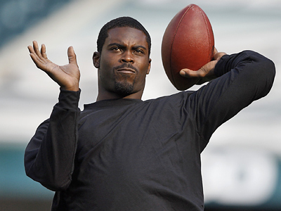 Michael Vick throws during warm-ups before tonight´s Eagles game at Lincoln Financial Field. (David Maialetti / Staff Photographer)