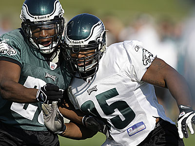 Defensive end Jerome McDougle (right) was the pick the last time the Eagles used the No. 15 selection in the first round. (File photo/Daily News)