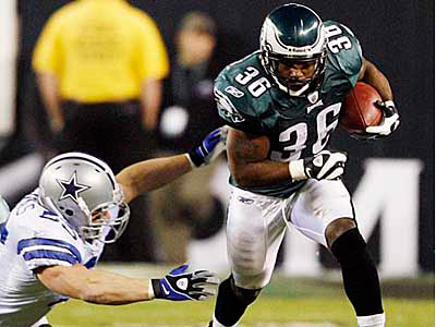 Philadelphia Eagles running back Brian Westbrook, right, outruns Dallas Cowboys linebacker Zach Thomas in the first quarter of an NFL football game, Sunday, Dec. 28, 2008, in Philadelphia. (AP Photo/Tom Mihalek)