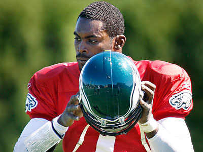 As long as he doesn´t suffer any setbacks, Michael Vick will start for the Eagles on Sunday.. (Elizabeth Robertson/Staff file photo)