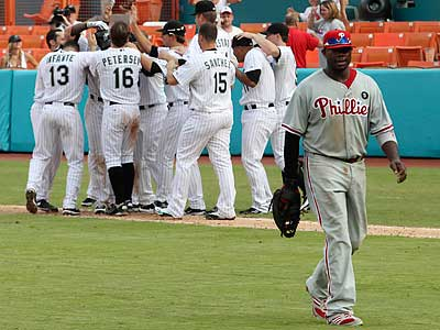 Ryan Howard and the Phillies did not agree with the outcome of Sunday´s game. (Hector Gabino/AP)