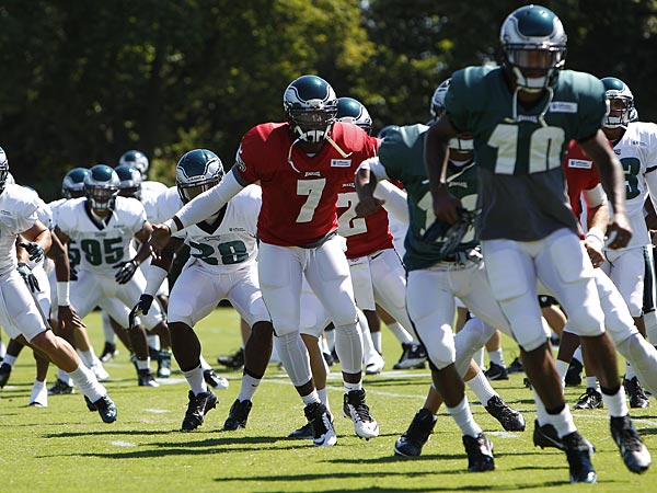 Michael Vick and the Eagles practice on Wednesday, September 4. (David Maialetti/Staff Photographer)