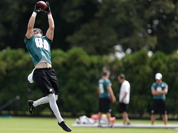 Philadelphia Eagles tight end Zach Ertz catches a pass during practice at the NFL football team´s training facility, Thursday, Sept. 5, 2013, in Philadelphia. (AP Photo/Matt Rourke)