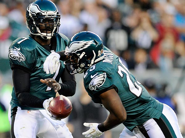 Michael Vick and LeSean McCoy will be two of the Eagles´ offensive weapons this year. (AP Photo/Michael Perez)