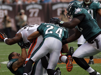 Kurt Coleman loses his helmet trying to stop the Cleveland Browns´ Trent Richardson. (Yong Kim/Staff Photographer)