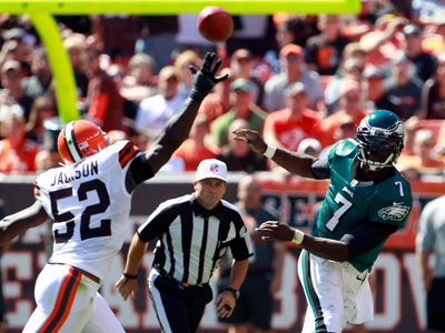 Michael Vick throws the ball past the Browns´ D´Qwell Jackson during the first quarter on Sunday. (Yong Kim/Staff Photographer)