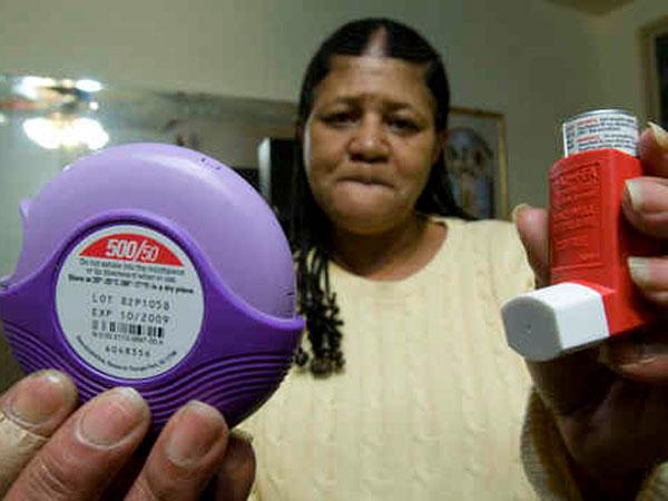Dawn Pride, of West Philadelphia, holds up her Advair inhaler that help her with chronic asthma. (David M Warren / Staff Photographer)