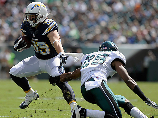 San Diego Chargers´ Danny Woodhead, left, tries to slip past Philadelphia Eagles´ Cary Williams. (AP Photo/Michael Perez)