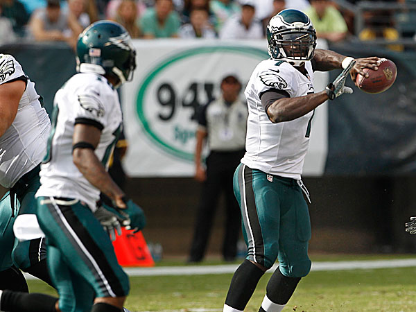 Eagles quarterback Michael Vick looks to throw to wide receiver DeSean Jackson. (Ron Cortes/Staff Photographer)