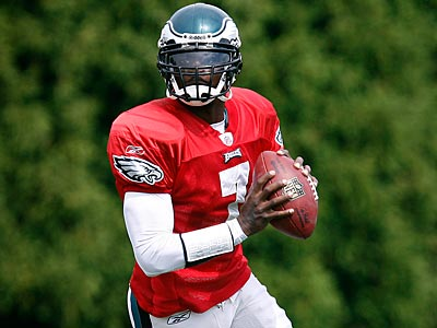 Michael Vick´s mobility could have played a role in Andy Reid´s QB decision. (David Maialetti / Staff Photographer)