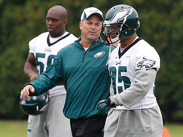 Eagles defensive coordinator Bill Davis talks to Mychal Kendricks. (David Maialetti/Staff Photographer)