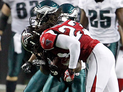 Jeremy Maclin gets hit by the Falcons´ Dunta Robinson in the third quarter. (Ron Cortes/Staff Photographer)