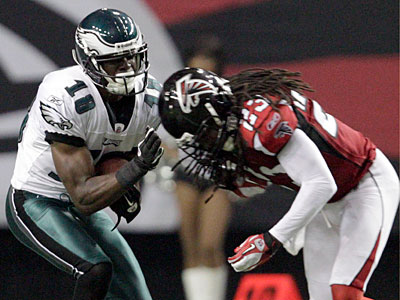 Jeremy Maclin gets hit by the Falcons´ Dunta Robinson during the third quarter. (David Maialetti/Staff Photographer)