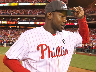 Ryan Howard tips his hat to the crowd as the Phillies celebrate their fifth straight division title. (Charles Fox/Staff Photographer)