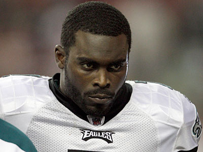 Eagles QB Michael Vick leaves the field after a big hit during the third quarter. (David Maialetti/Staff Photographer)