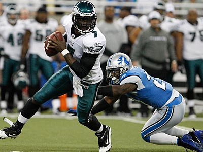 In his first start with the Eagles, Michael Vick did something that Donovan McNabb never did.  (David Maialetti / Staff Photographer)