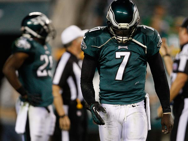 Michael Vick limps off the field. (David Maialetti/Staff Photographer)