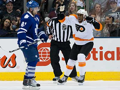 Wayne Simmonds celebrates after scoring the Flyers´ second goal in the second period. (Chris Young/AP)