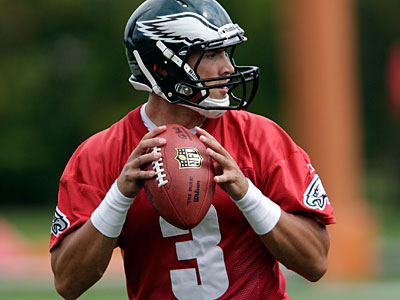 Quarterback Mike Kafka drops back to pass as the Eagles practice at the NovaCare Complex. (David Maialetti/Staff Photographer)