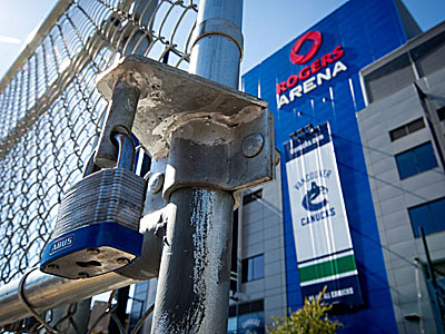 A padlock is seen outside of the Rogers Arena, home of the NHL´s Vancouver Canucks. (Darryl Dyck/The Canadian Press/AP)