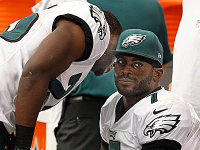 LeSean McCoy talks to Michael Vick late in the Eagles´ loss to the Cardinals. (Ron Cortes/Staff Photographer)
