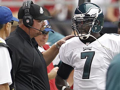 Andy Reid talks with Michael Vick during Sunday´s game against the Cardinals. (Ron Cortes/Staff Photographer)