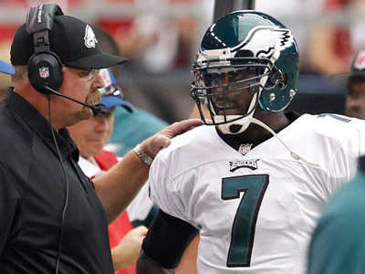 Andy Reid talks with Michael Vick during Sunday´s loss to the Cardinals. (Ron Cortes/Staff Photographer)
