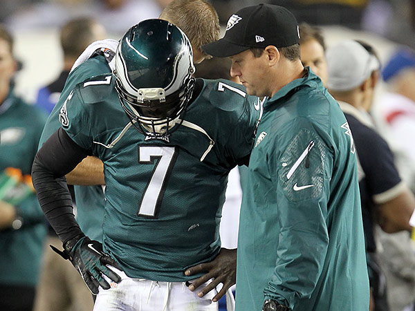 Eagles quarterback Michael Vick talks with a trainer during the loss to the Chiefs. (David Maialetti/Staff Photographer)