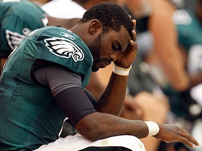 Michael Vick glances down at his broken right hand during the Eagles´ loss to the Giants. (Yong Kim/Staff Photographer)