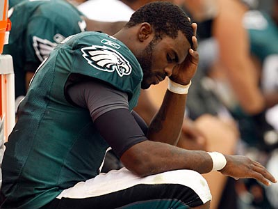 Eagles quarterback Michael Vick broke his right hand during Sunday´s loss. (Yong Kim/Staff Photographer)