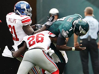 Michael Vick gets hit by the Giants´ Kenny Phillips and Antrel Rolle during the third quarter. (Ron Cortes/Staff Photographer)