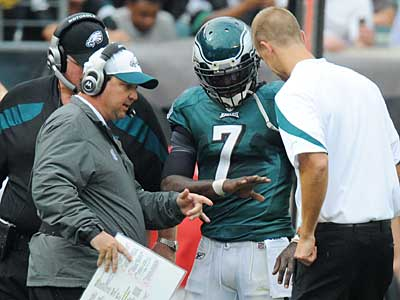 Offensive coordinator Marty Mornhinweg (white hat) and coach Andy Reid look at Mike Vick´s broken hand. (Clem Murray/Staff Photographer)