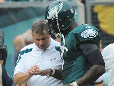Though Michael Vick´s right hand is not broken, his status for Sunday´s game is still unclear. (Clem Murray/Staff Photographer)