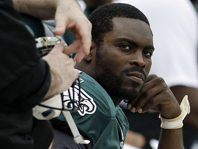 Michael Vick left Sunday´s game with what was then believed to be a broken right hand.  (AP Photo/Matt Slocum)