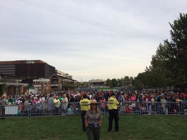 Crowds line Independence Mall early Saturday morning. (Michael Boren / staff)