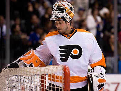 Michael Leighton will be out 6-8 weeks after having back surgery. (Adrien Veczan//AP)