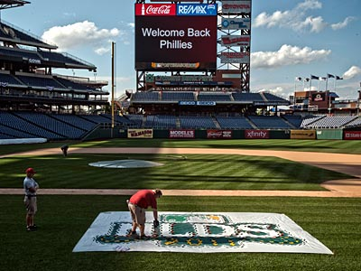 The grounds crew work on the National League Division Series sign at Citizens Bank Park. (Ron Tarver/Staff Photographer)