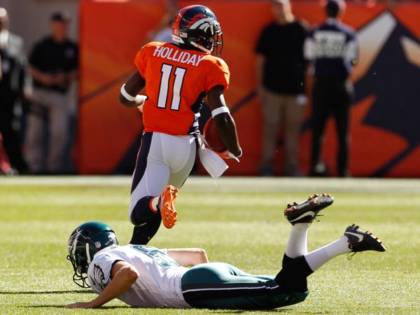 The Broncos´ Trindon Holliday out runs the Eagles on his way to a kick return touchdown. (Ron Cortes/Staff Photographer)