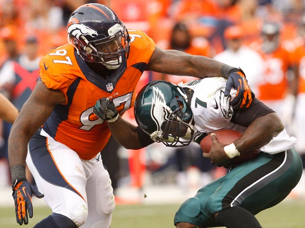 Michael Vick tries to avoid the tackle of the Broncos´ Malik Jackson. (Ron Cortes/Staff Photographer)