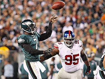 Eagles quarterback Michael Vick tosses a touchdown pass in the first half. (Ron Cortes/Staff Photographer)
