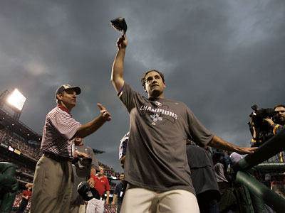 Pat Burrell waves to the crowd after the Phillies clinched the NL East title last week. An ailing back, however, may keep him from playing today. (Michael Perez / Inquirer)