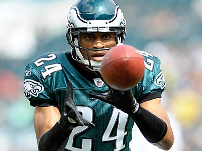 Nnamdi Asomugha was carted off the field during today´s practice. (AP file photo)