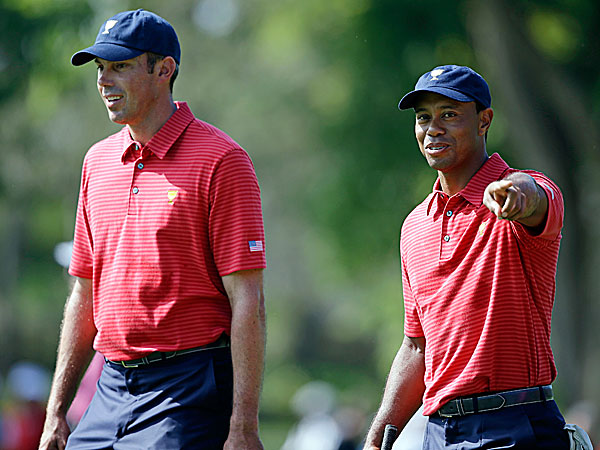 The United States´ Tiger Woods and Matt Kuchar. (Darron Cummings/AP)