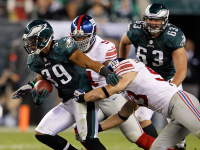 Stanley Havili blows past the Giants&acute; Justin Tuck and Chase<br />Blackburn during Sunday&acute;s game. (Yong Kim/Staff Photographer)