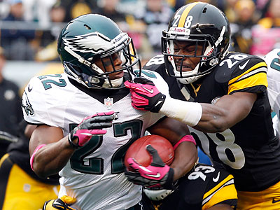Brandon Boykin tries to elude Pittsburgh´s Allen Cortez as he runs back a kickoff during the first quarter. (Yong Kim/Staff Photographer)