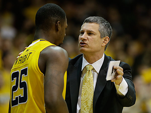 La Salle head coach John Giannini talks with Jerrell Wright. (Matt Slocum/AP)