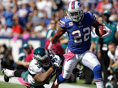 Fred Jackson breaks a tackle attempt by Darryl Tapp in the Eagles´ loss to the Bills. (David Duprey/AP)