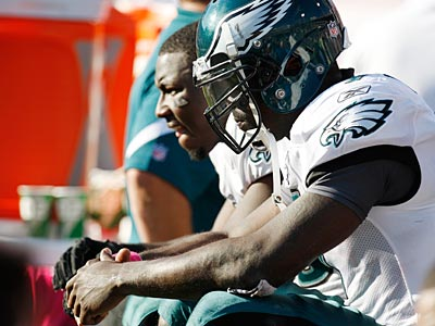 Michael Vick and LeSean McCoy sit on the bench during the final seconds of the Eagles´ loss to the Bills. (David Duprey/AP)