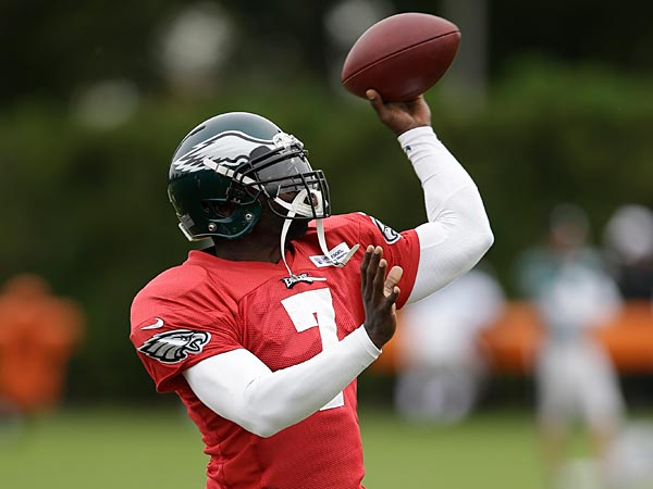 Philadelphia Eagles quarterback Michael Vick throws a pass during<br />practice at the NFL football team&acute;s training facility, Wednesday, Oct.<br />9, 2013, in  Philadelphia. (AP Photo/Matt Rourke)