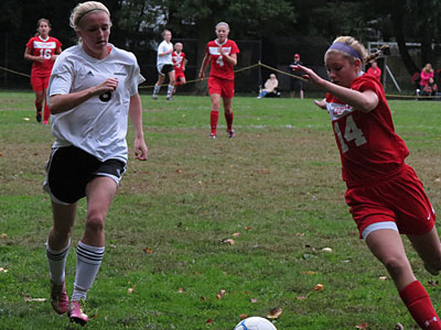 Cherry HIll East´s Vanessa Earlety (14) turns the corner against Haddonfield (Marc Narducci/Staff)